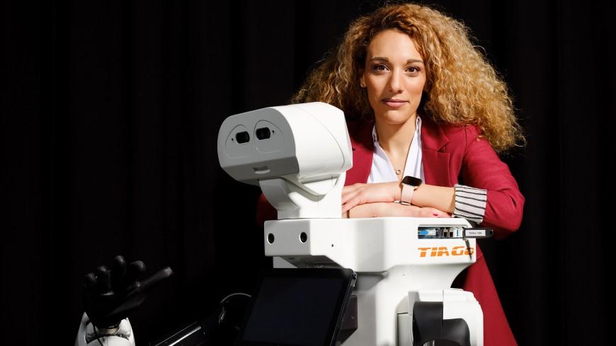 Porträt von Georgia Chalvatzaki mit einem humanoiden Roboter